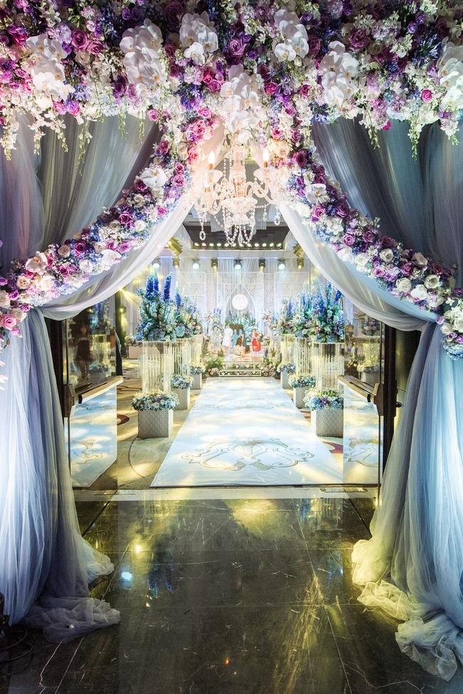 Đám cưới tiền tỷ sân khấu trải toàn hoa tươi nhập ngoại của cô dâu hoa khôi và chú rể Việt kiều - Ảnh 4.