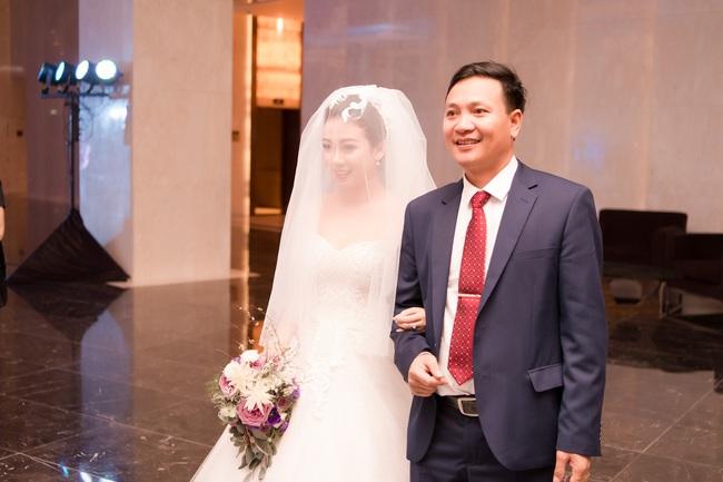 Đám cưới tiền tỷ sân khấu trải toàn hoa tươi nhập ngoại của cô dâu hoa khôi và chú rể Việt kiều - Ảnh 7.