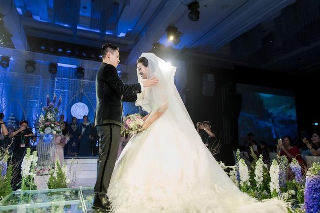 Đám cưới tiền tỷ sân khấu trải toàn hoa tươi nhập ngoại của cô dâu hoa khôi và chú rể Việt kiều - Ảnh 10.