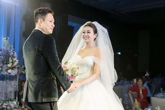 Đám cưới tiền tỷ sân khấu trải toàn hoa tươi nhập ngoại của cô dâu hoa khôi và chú rể Việt kiều - Ảnh 9.