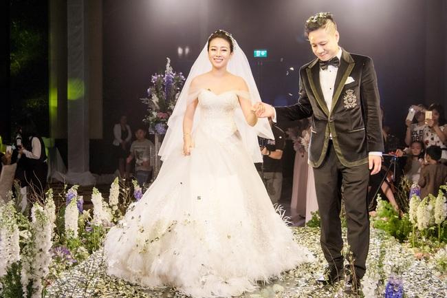 Đám cưới tiền tỷ sân khấu trải toàn hoa tươi nhập ngoại của cô dâu hoa khôi và chú rể Việt kiều - Ảnh 8.