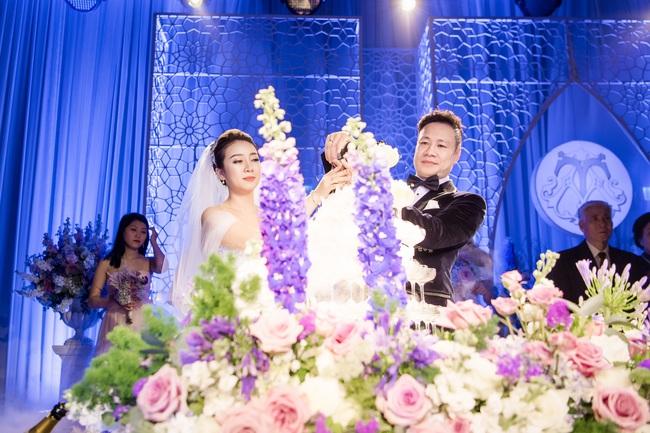 Đám cưới tiền tỷ sân khấu trải toàn hoa tươi nhập ngoại của cô dâu hoa khôi và chú rể Việt kiều - Ảnh 3.