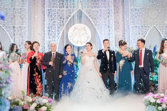 Đám cưới tiền tỷ sân khấu trải toàn hoa tươi nhập ngoại của cô dâu hoa khôi và chú rể Việt kiều - Ảnh 1.