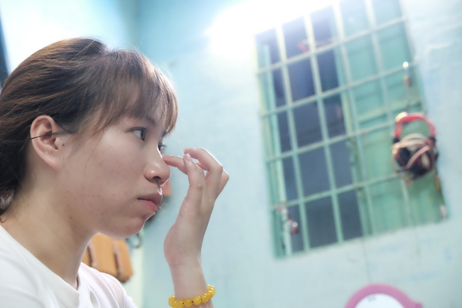 Cô gái 1 chân xinh đẹp: Em cố tiết kiệm tiền để đưa hai em bị mù sang nước ngoài chữa bệnh - Ảnh 10.