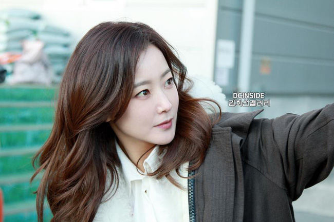 Cặp đôi U40 Kim Hee Sun, Kim Sun Ah đẹp quyền lực không thể rời mắt - Ảnh 9.