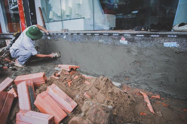 Hà Nội: Người dân phá nền, kê bao cát làm bậc vào nhà - Ảnh 4.
