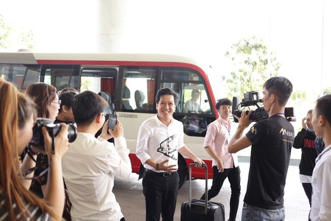 Trường Giang phấn khích trước hàng chục bản sao của Đàm Vĩnh Hưng - Ảnh 1.