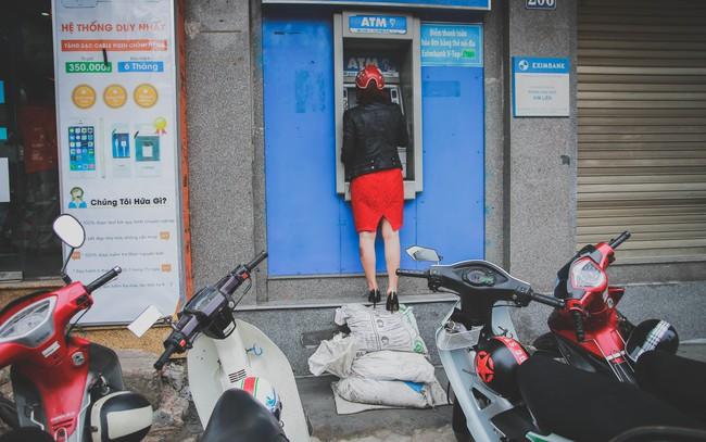 Hà Nội: Người dân phá nền, kê bao cát làm bậc vào nhà - Ảnh 3.