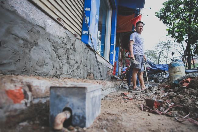 Hà Nội: Người dân phá nền, kê bao cát làm bậc vào nhà - Ảnh 5.