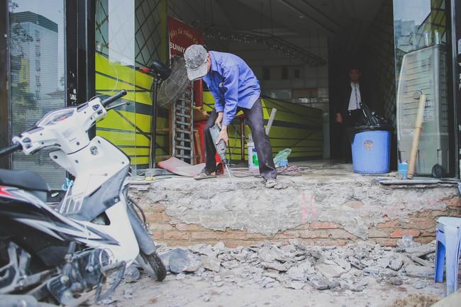 Hà Nội: Người dân phá nền, kê bao cát làm bậc vào nhà - Ảnh 7.