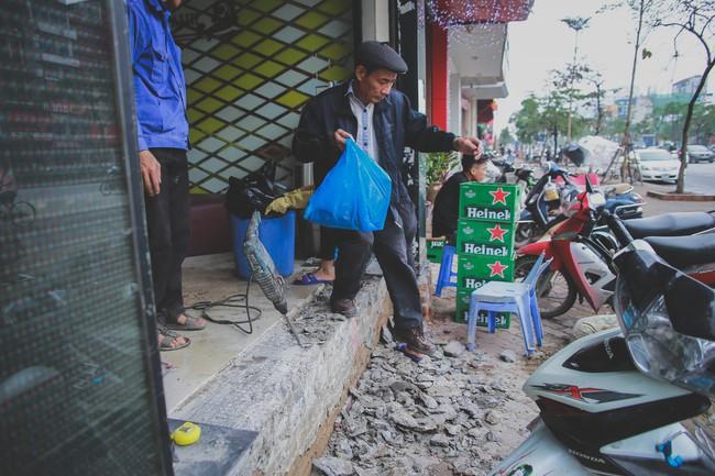 Hà Nội: Người dân phá nền, kê bao cát làm bậc vào nhà - Ảnh 6.