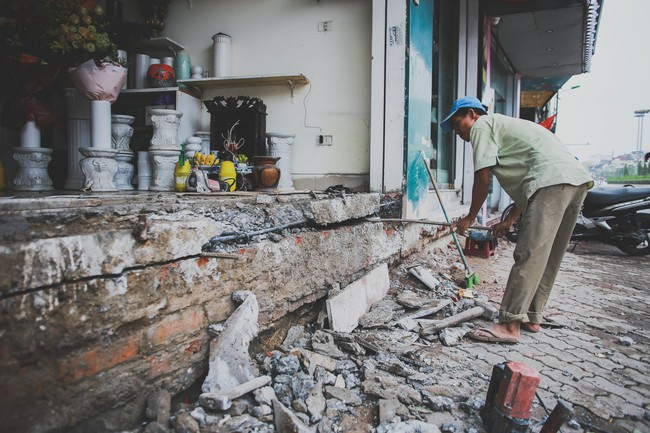 Hà Nội: Người dân phá nền, kê bao cát làm bậc vào nhà - Ảnh 9.