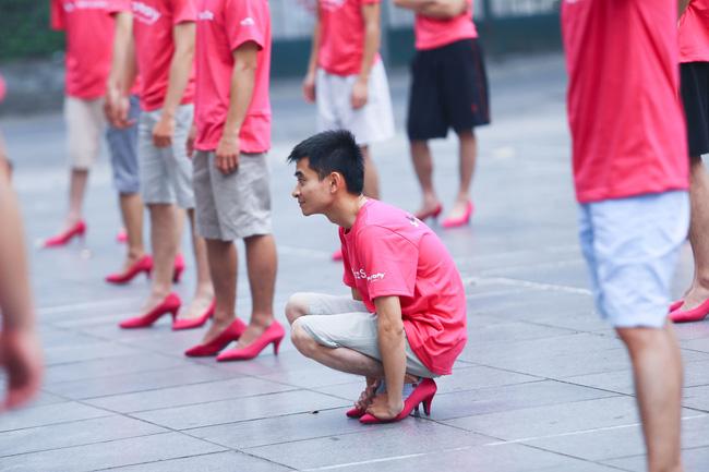 Khi đã đủ yêu thương phụ nữ, đàn ông có mang giày cao gót nhảy múa trên phố đi bộ cũng chẳng sao! - Ảnh 14.