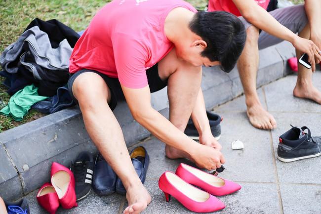 Khi đã đủ yêu thương phụ nữ, đàn ông có mang giày cao gót nhảy múa trên phố đi bộ cũng chẳng sao! - Ảnh 11.