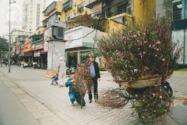 Rằm tháng Chạp, đã thấy nôn nao vị Tết khi hoa đào về trên phố xuân - Ảnh 6.