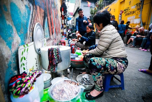 Giữa phố đồ ăn Tây hiện đại đông đúc, vẫn tồn tại một hàng cháo ruốc truyền thống cực ngon - Ảnh 4.