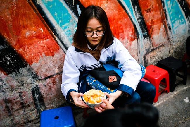 Giữa phố đồ ăn Tây hiện đại đông đúc, vẫn tồn tại một hàng cháo ruốc truyền thống cực ngon - Ảnh 15.