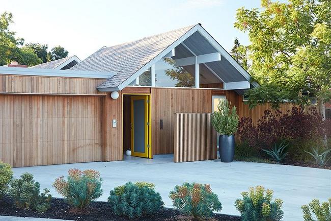 Ngôi nhà sử dụng tới 70% chất liệu gỗ đẹp đến không thể rời mắt - Ảnh 1.