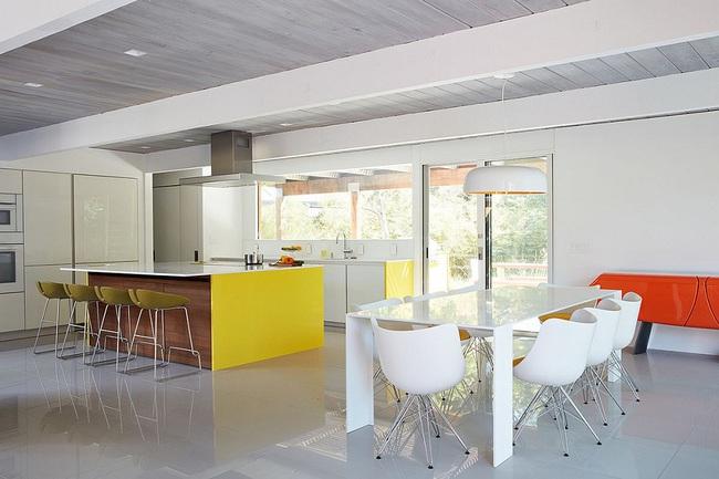 Ngôi nhà sử dụng tới 70% chất liệu gỗ đẹp đến không thể rời mắt - Ảnh 6.