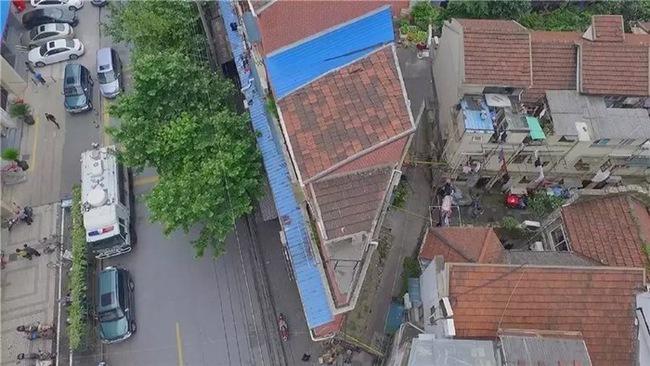 Ngôi nhà lụp xụp trên mảnh đất hình tam giác lột xác đẹp đến ngỡ ngàng - Ảnh 1.