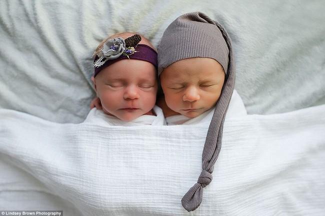 Bộ ảnh xúc động của cậu bé chỉ sống được 11 ngày bên em gái song sinh - Ảnh 2.