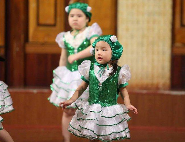 """Cô bé 3 tuổi khiến người lớn kinh ngạc khi nói """"Chúc mừng năm mới"""" bằng 11 thứ tiếng - Ảnh 7."""