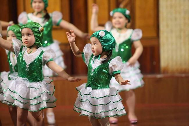 """Cô bé 3 tuổi khiến người lớn kinh ngạc khi nói """"Chúc mừng năm mới"""" bằng 11 thứ tiếng - Ảnh 8."""