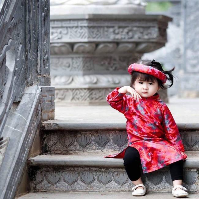 Khi các bé xúng xính trong tà áo dài ngày Tết, mẹ như thấy cả mùa xuân - Ảnh 35.