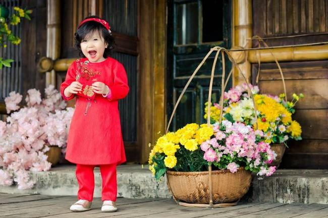 Khi các bé xúng xính trong tà áo dài ngày Tết, mẹ như thấy cả mùa xuân - Ảnh 37.