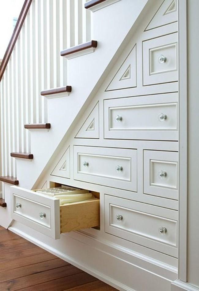 Những cách tận dụng gầm cầu thang để chứa đồ tiện ích và thông minh - Ảnh 1.