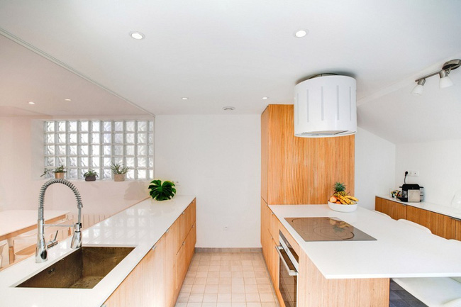 Thiết kế nhà này sẽ cho bạn thấy khi kệ sách kết hợp thành cầu thang, tường ngăn cách sẽ đẹp mắt đến khó tin - Ảnh 6.