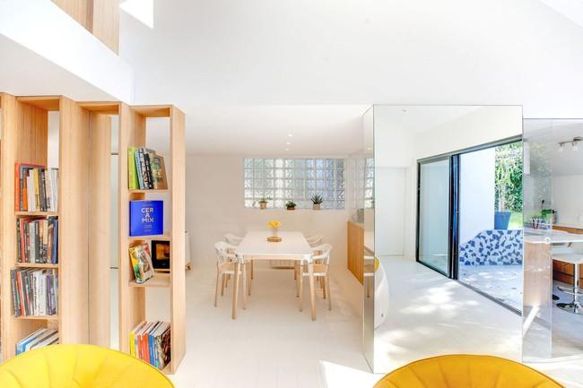 Thiết kế nhà này sẽ cho bạn thấy khi kệ sách kết hợp thành cầu thang, tường ngăn cách sẽ đẹp mắt đến khó tin - Ảnh 9.