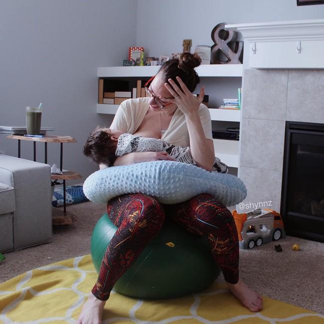 <a target='_blank' href='https://www.phunuvagiadinh.vn/hinh-anh-ba-me-ngoi-suot-3-tieng-cho-con-bu.htm'>Hình ảnh bà mẹ ngồi suốt 3 tiếng cho con bú</a> nói lên điều gì? - Ảnh 1.