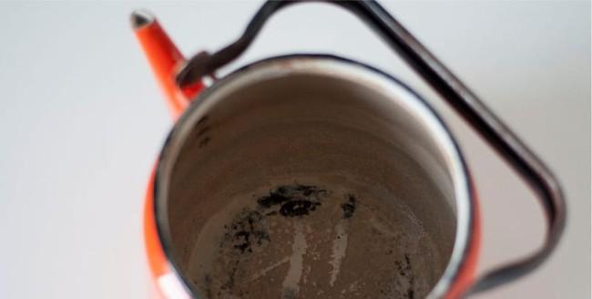 4 cách làm sạch vết cáu bẩn trong ấm đun nước siêu nhanh nhưng không phải ai cũng biết - Ảnh 3.