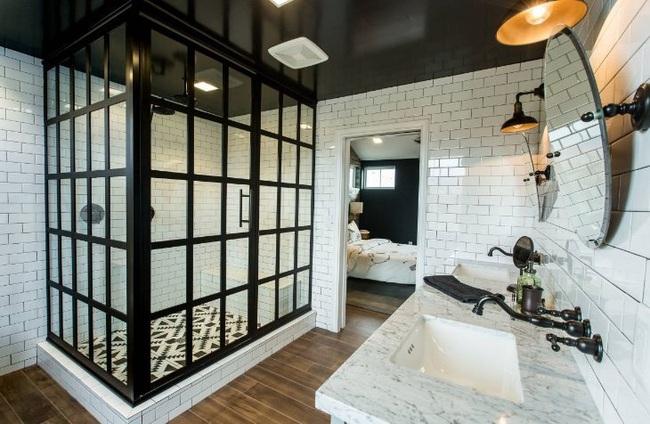 Đi trước thời đại là gì? Là bạn phải lắp khung đen vào phòng tắm như thế này - Ảnh 1.