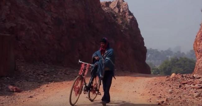 Dân làng chê bai người đàn ông cầm cuốc xẻ núi suốt 22 năm nhưng phải phục sát đất khi biết kết quả - Ảnh 2.