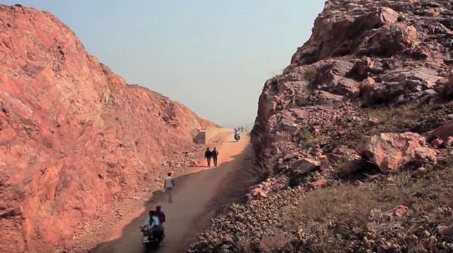Dân làng chê bai người đàn ông cầm cuốc xẻ núi suốt 22 năm nhưng phải phục sát đất khi biết kết quả - Ảnh 3.