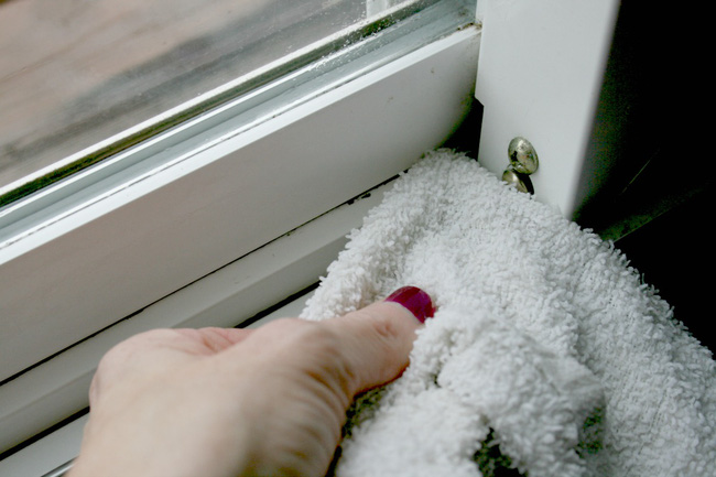 Mẹo làm sạch bụi bặm ở những vị trí khó vệ sinh nhất của cửa sổ chỉ trong nháy mắt - Ảnh 6.
