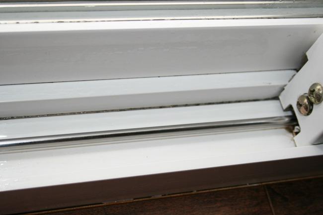 Mẹo làm sạch bụi bặm ở những vị trí khó vệ sinh nhất của cửa sổ chỉ trong nháy mắt - Ảnh 7.