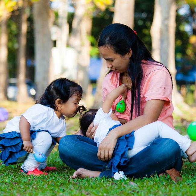 Cho con bú sai cách, ngực mẹ có thể sưng phồng, bỏng rát, đau đớn như bà mẹ này - Ảnh 3.
