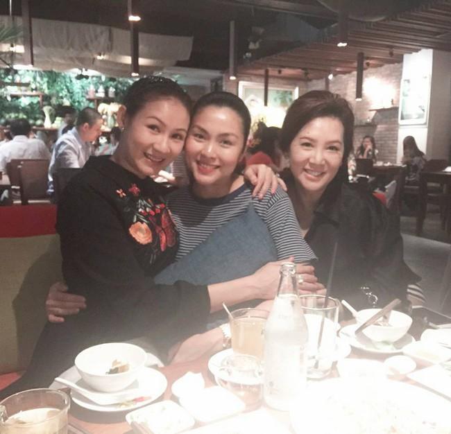 Sát ngày sinh, đi ăn cùng bạn, Tăng Thanh Hà vẫn cố che bụng bầu - Ảnh 1.