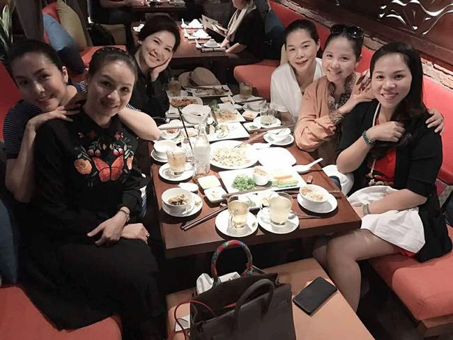 Sát ngày sinh, đi ăn cùng bạn, Tăng Thanh Hà vẫn cố che bụng bầu - Ảnh 2.