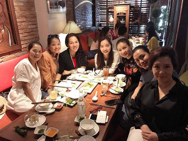 Sát ngày sinh, đi ăn cùng bạn, Tăng Thanh Hà vẫn cố che bụng bầu - Ảnh 3.