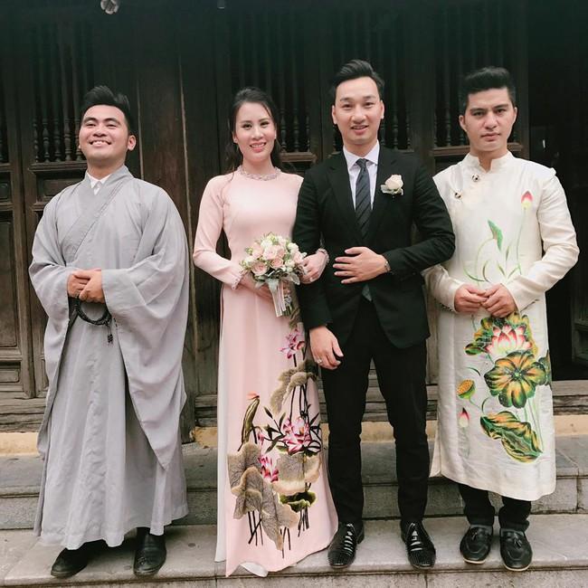 MC Thành Trung và vợ diện áo dài làm lễ Hằng thuận tại chùa  - Ảnh 2.
