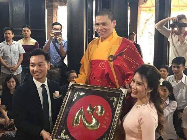 MC Thành Trung và vợ diện áo dài làm lễ Hằng thuận tại chùa  - Ảnh 3.