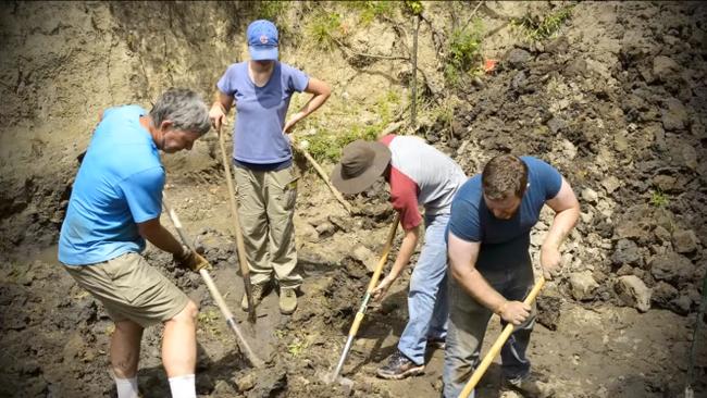 Thấy hòn đá kỳ lạ trong vườn, cả gia đình đào lên mới tá hỏa phát hiện ra thứ ẩn giấu bên dưới - Ảnh 2.