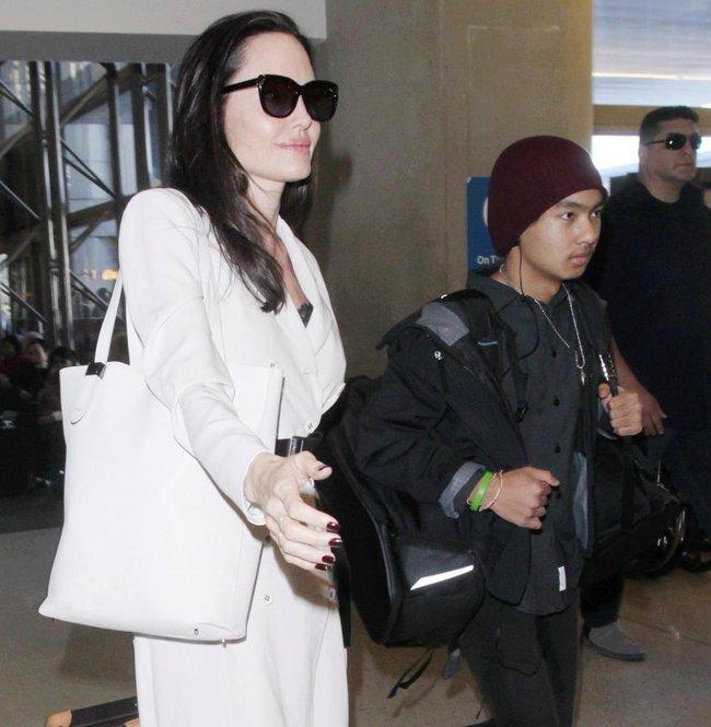 Angelina Jolie bất ngờ bị tố giả mạo giấy tờ nhận con nuôi tại Campuchia  - Ảnh 2.