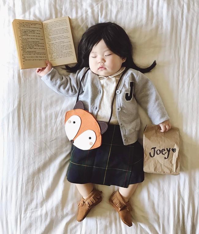 Tranh thủ con ngủ trưa, bà mẹ phù thủy hóa trang cho con gái chu du khắp thế giới - Ảnh 1.