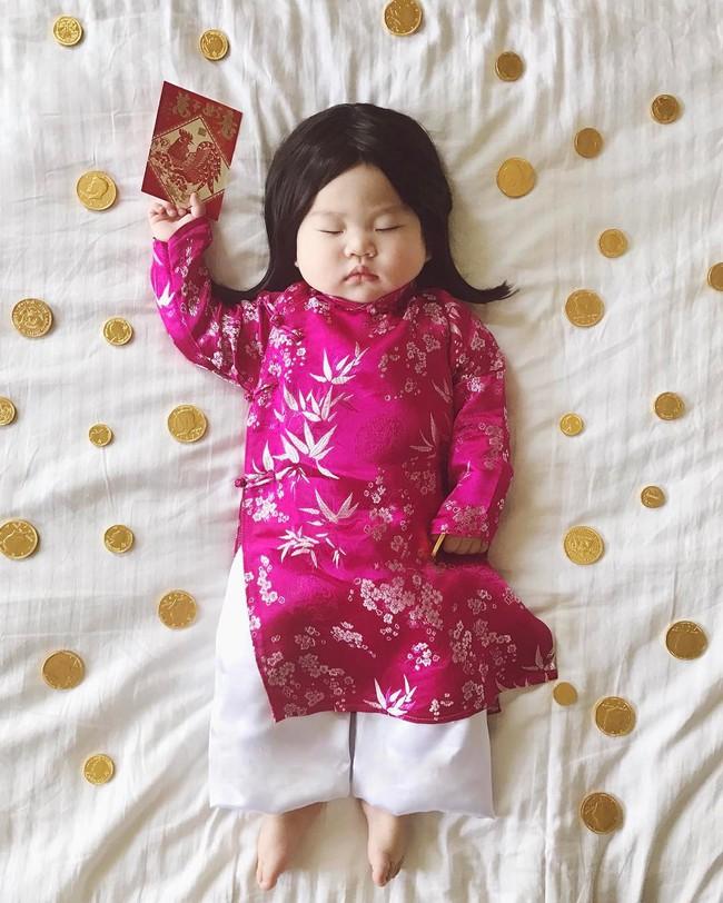 Tranh thủ con ngủ trưa, bà mẹ phù thủy hóa trang cho con gái chu du khắp thế giới - Ảnh 2.