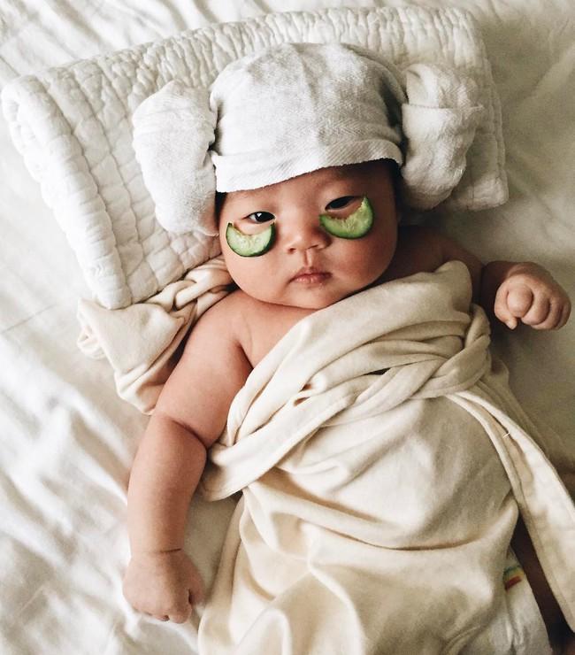 Tranh thủ con ngủ trưa, bà mẹ phù thủy hóa trang cho con gái chu du khắp thế giới - Ảnh 8.